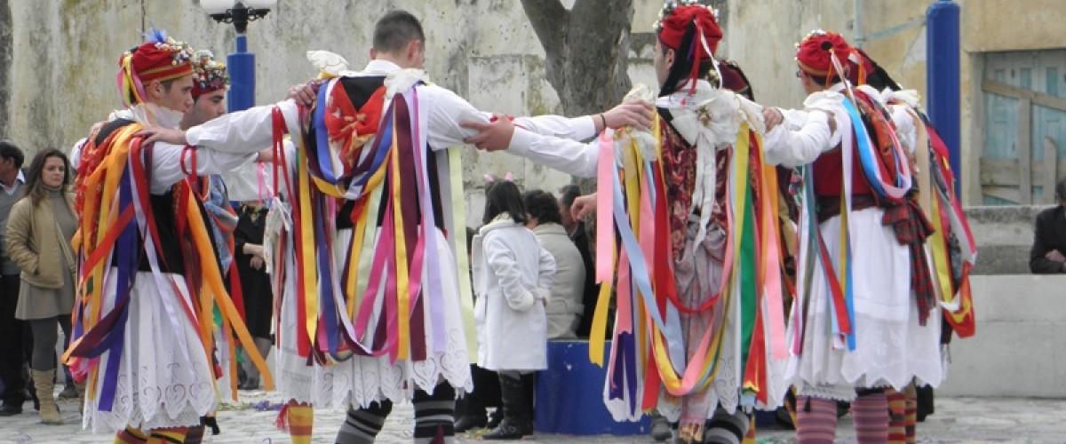 Οι Κορδελάτοι στους Τρίποδες σε χορό.