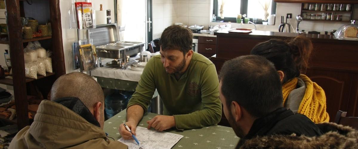 Ο Νίκος μας δίνει οδηγίες - Nikos is helping us out with the activities